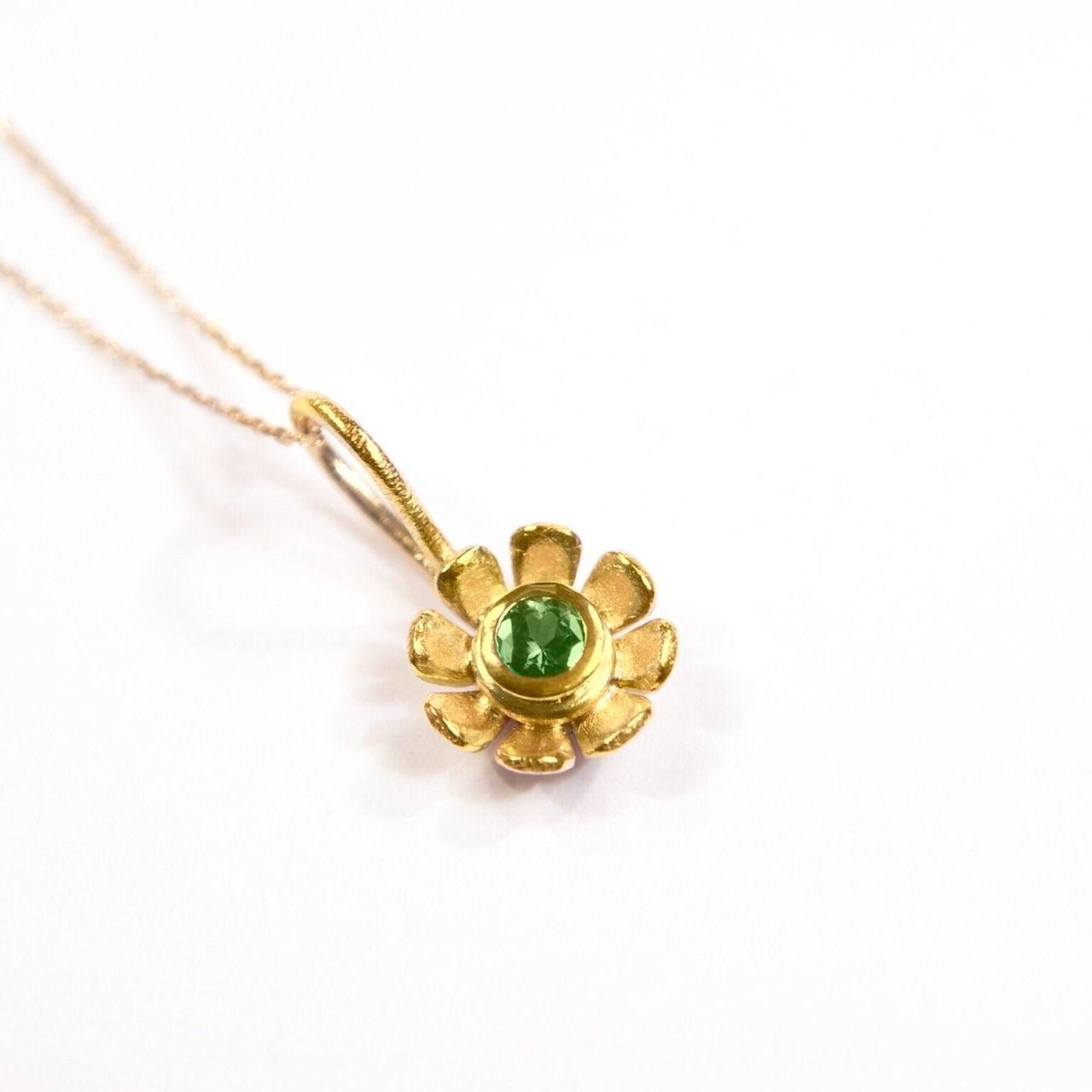 Daisy flower pendant ct yellow gold small daisy emerald