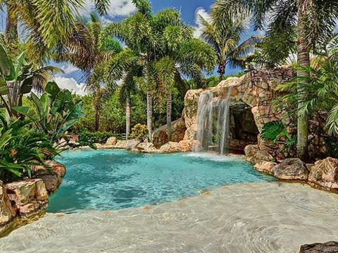 """Loving this tropical backyard & custom salt water pool, check out @jspoolsandspas for more awesome…"""""""