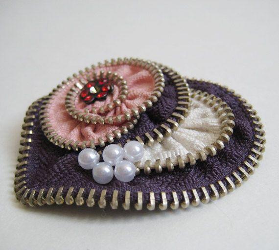 Etsy の Pink Heart Zipper Brooch Pin by redyarn