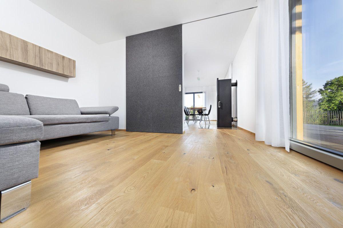 Einrichtung Wohnzimmer mit Schiebetür - Haus Schneider von Baufritz ...