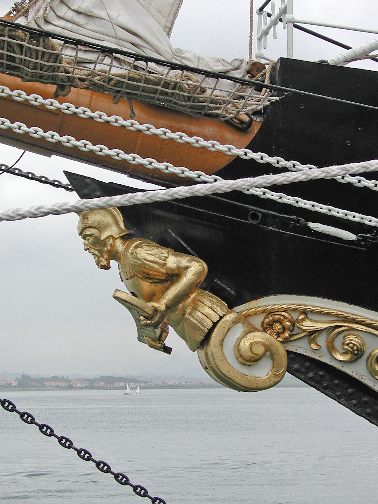 La proa del casco Cascadas, Barcos