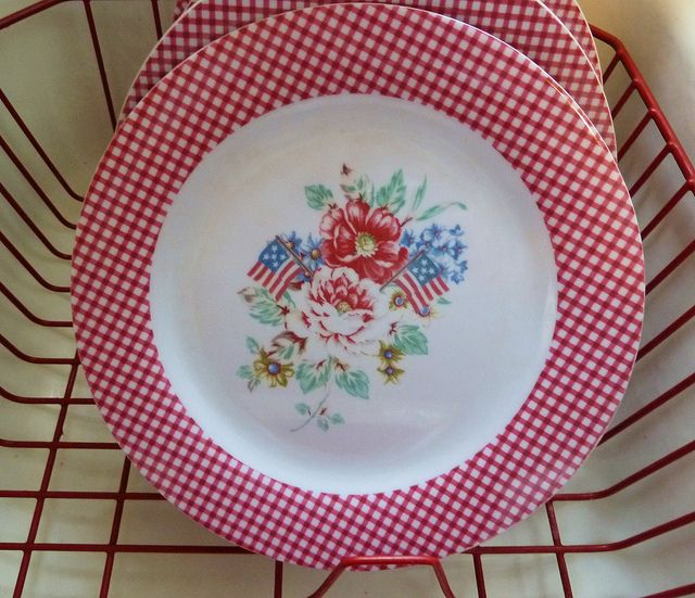 love the gingham plates
