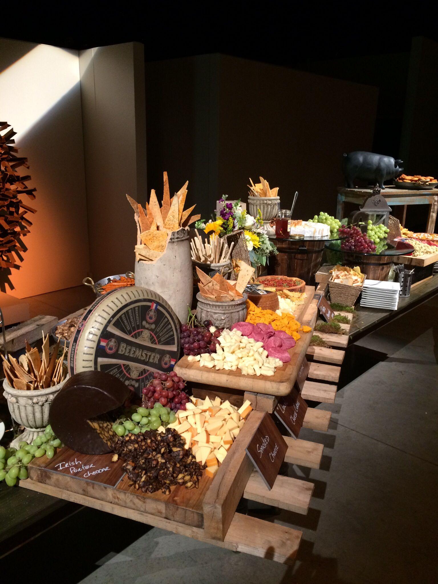 Pallet for buffet decor cheese board essen pinterest for Dekoration essen