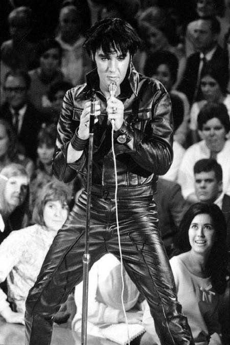.ELVIS DOING WHAT HE DOES BEST........LOVE THIS PIC