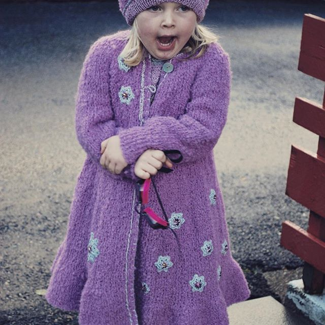 Våren er lunefull!  Kåpe i alpakka. ❤ #håndlaget #handmade #knit #knitdesign #knitforkids #oneofakind #norskdesign #norwegiandesign #strikk #strikking #strikktilbarn #design #knitwear