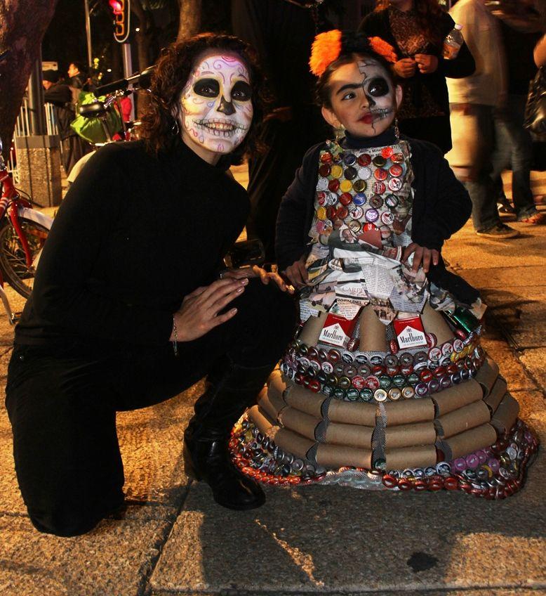 """La secretaria de Medio Ambiente Tanya Müller posando con una pequeña """"Eco Frida""""."""