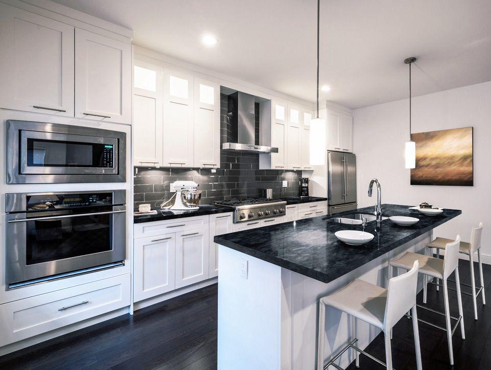 Cocinas modernas negras minimalistas con isla y mesadas de - Cocinas negras ...