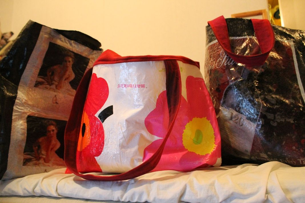 Muovikasseista sulattamalla tehtyjä laukkuja