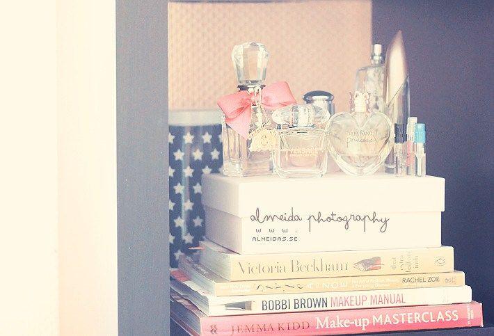 Coloca los frascos sobre libros de moda en uno de tus armarios.