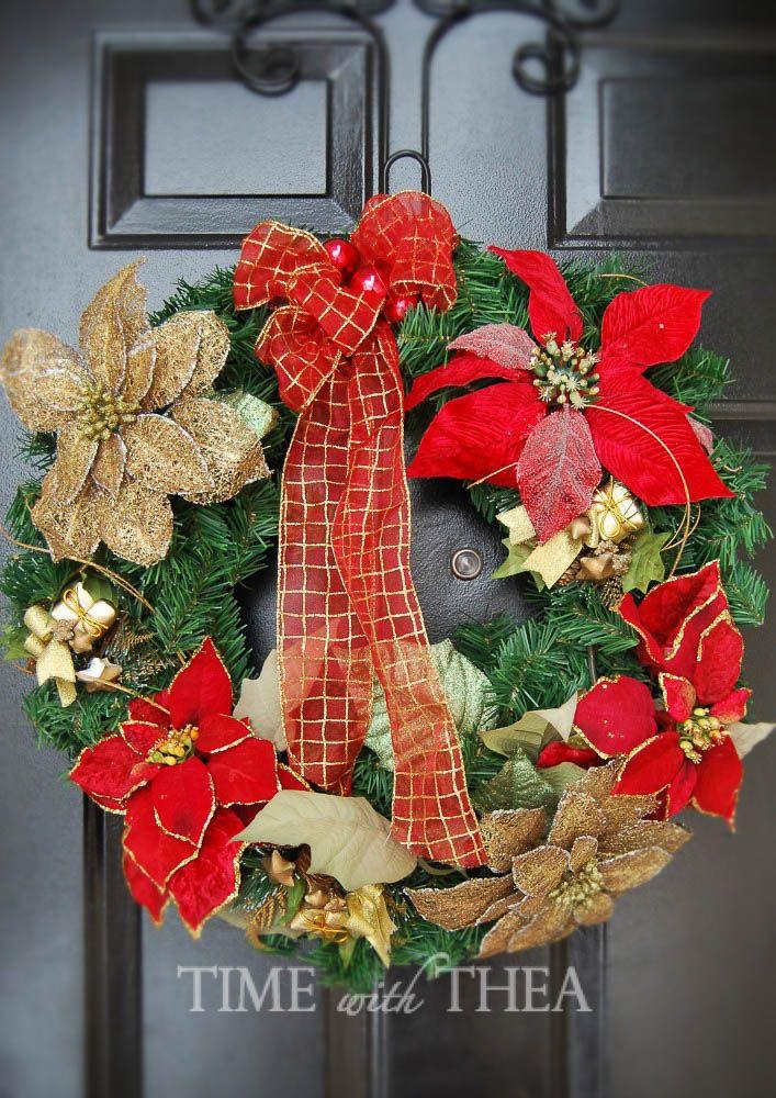 Instrucciones de 5 a paso: Cómo diseñar un arreglo floral de la Navidad al aire libre ~ La coordinación de corona de Navidad colgando de una puerta frontal de color negro.!  / timewiththea.com