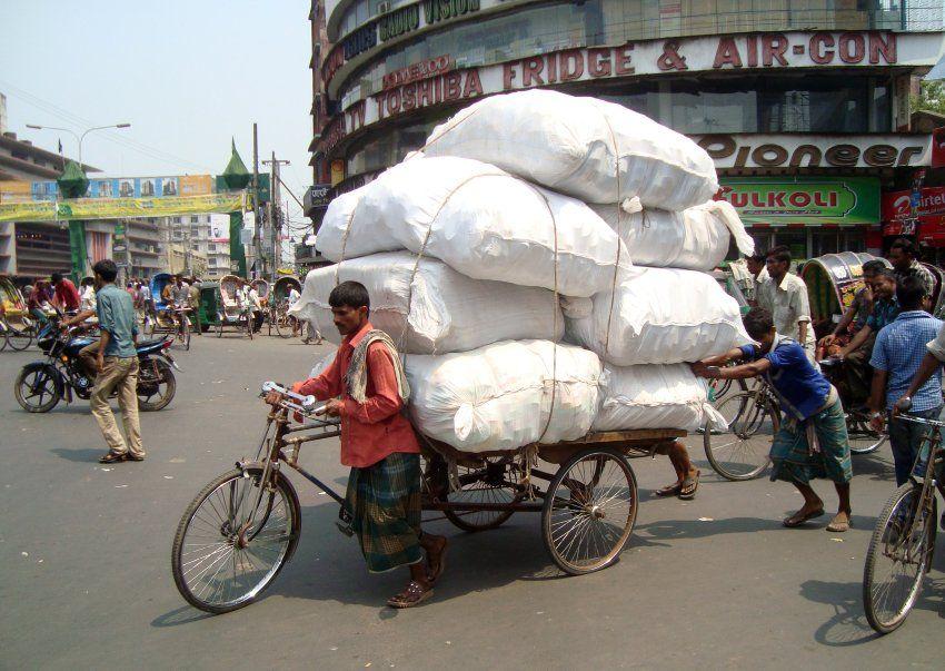 Kunst der Bepackung: In Bangladesch sind Last-Rikschas verbreitet.