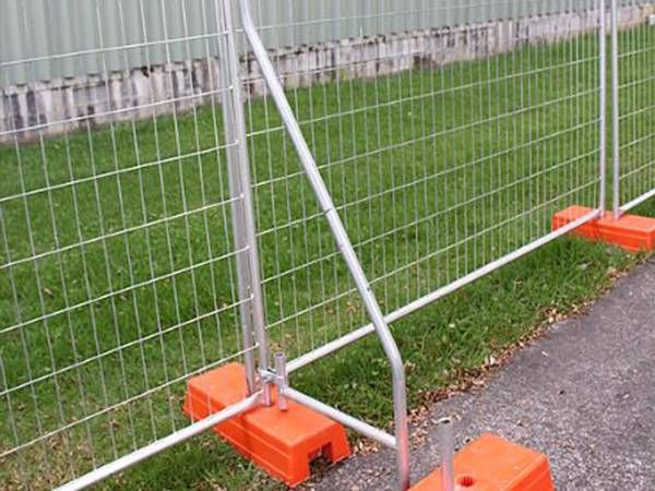 A bracing is installed on the temporary fencing panel with plastic