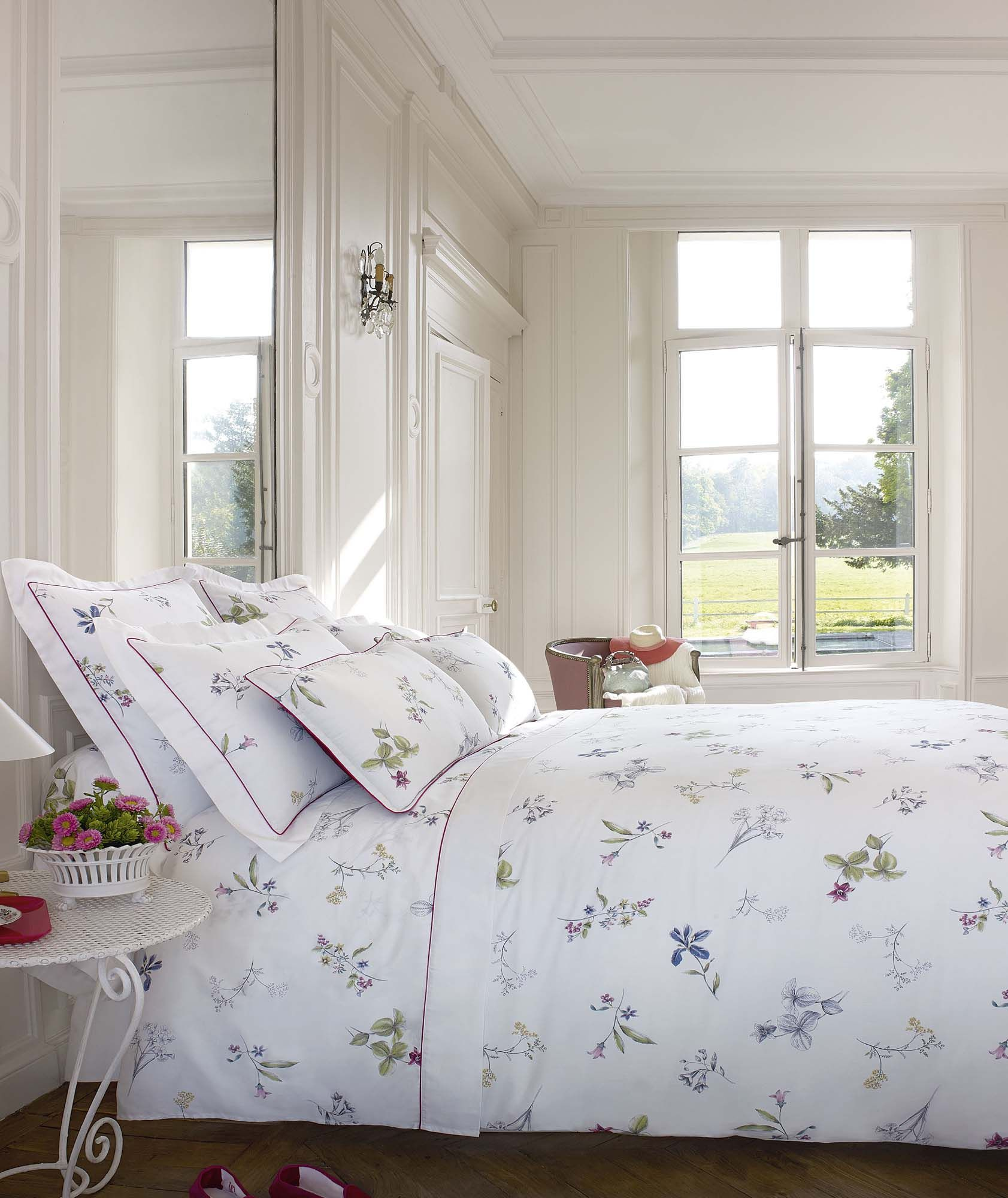 Le charme naturel d 39 un mod le d licatement fleuri des gravures de fleurs et de petits fruits - Parure de lit fleurie ...