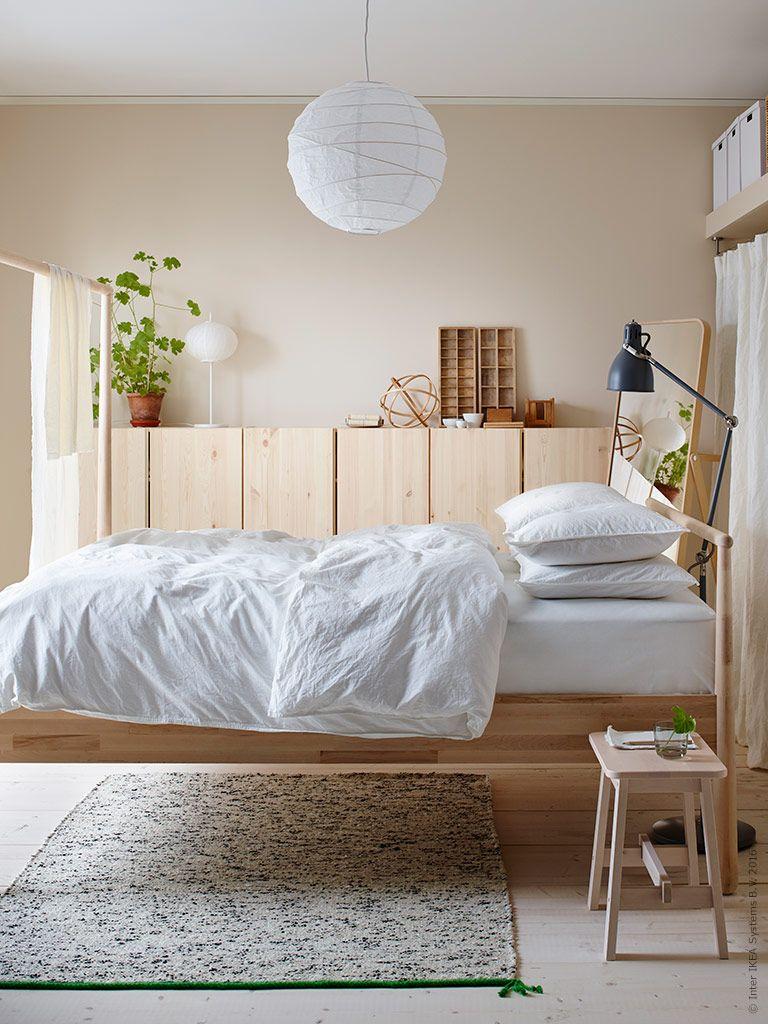 Att inreda ton-i-ton med naturträ och bädda med ren bomull i sovrummet speglar perfekt vurmen och längtan efter långsiktigt hållbara material. GJÖRA sängstomme i björk, IVAR skåp i furu, IKORNNES golvspegel i ask, NORRÅKER pall i vit björk, Nyhet! ÄNGSLILJA påslakan med 2 örngott, REGOLIT taklampskärm, ARÖD golv/läslampa, SJÖSLEV matta.