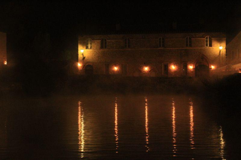 La vasca di Bagno Vignoni di notte .  Bagno Vignoni è una località d'eccellenza conosciuta già in epoca etrusca e romana. Legata alle acque termali e, in particolare, alla vasca nella piazza Centrale chiamata anche piazza allagata. Papa Pio II si fece costruire un palazzo proprio in quella piazza.  #terredisiena