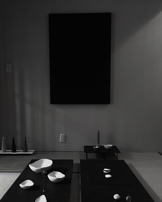 何人かの方に、テーブルって言われたけど、絵画なんです〜。 黒。写真では黒い面ですが、奥行きのある平面を描きました。  #なづななつの間 #陶屋なづな #菅沼淳一#河合和美 #小原聖子 #ハタノワタル #blackpainting #絵画#abstractpainting #abstractart #drawinghatanowataru