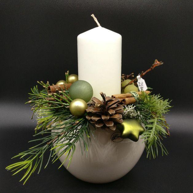 Photo of Disposizione in vaso da ballo color crema e candela bianca, con palline verdi e …