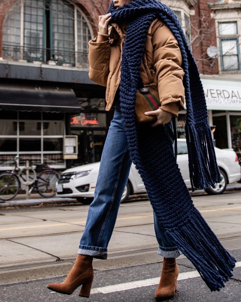 Photo of @thatsotee ona Streetstyle mit dem dunkelblauen Schal mit Kapuzenfransen
