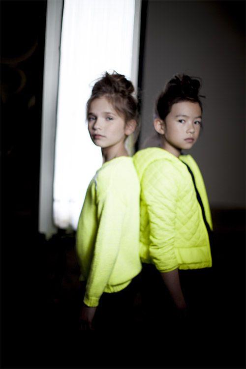 Vêtements fluo enfant : pull et doudoune jaune IKKS
