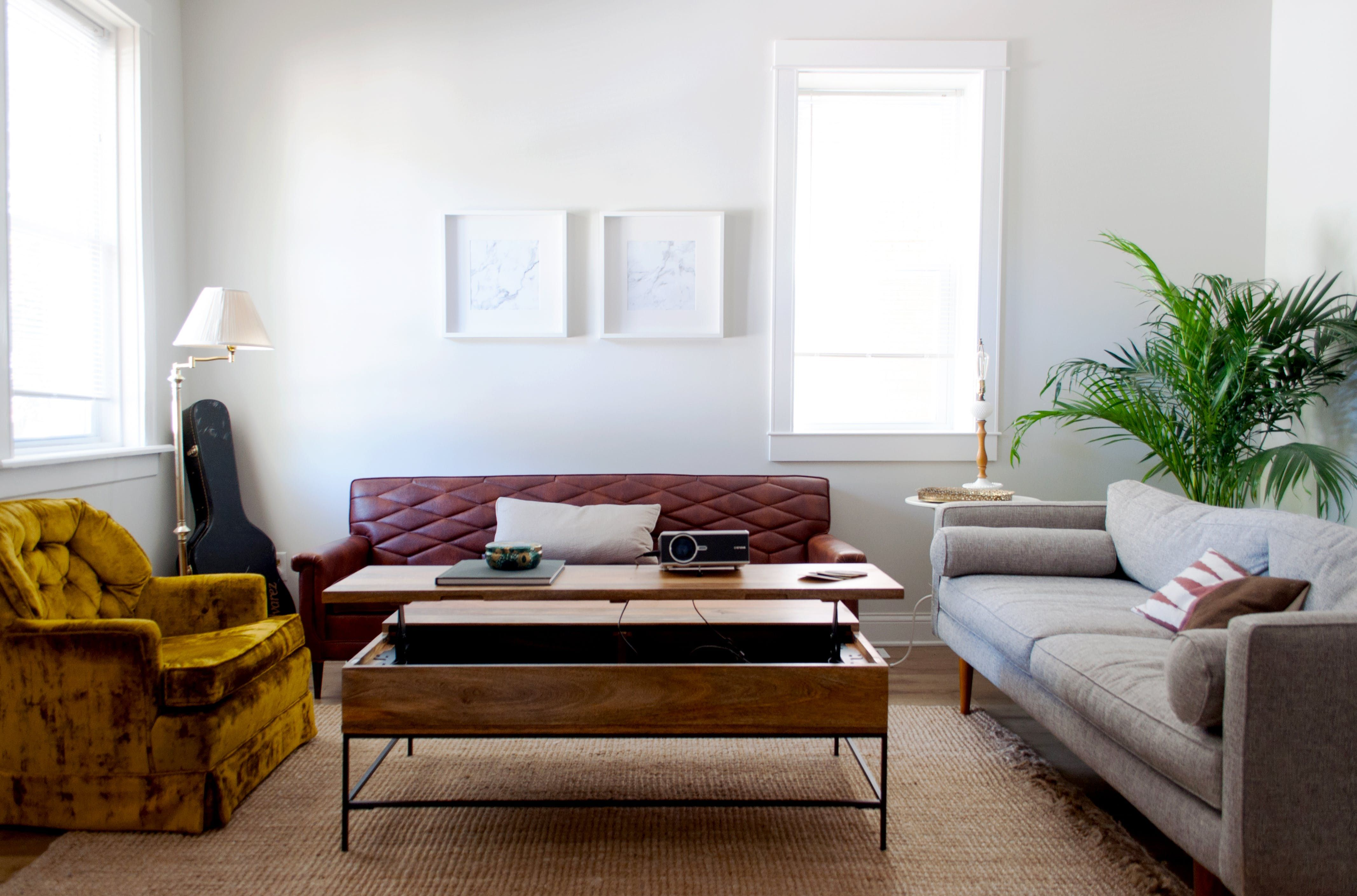 Coffee table in the living room: functionality and aesthetics