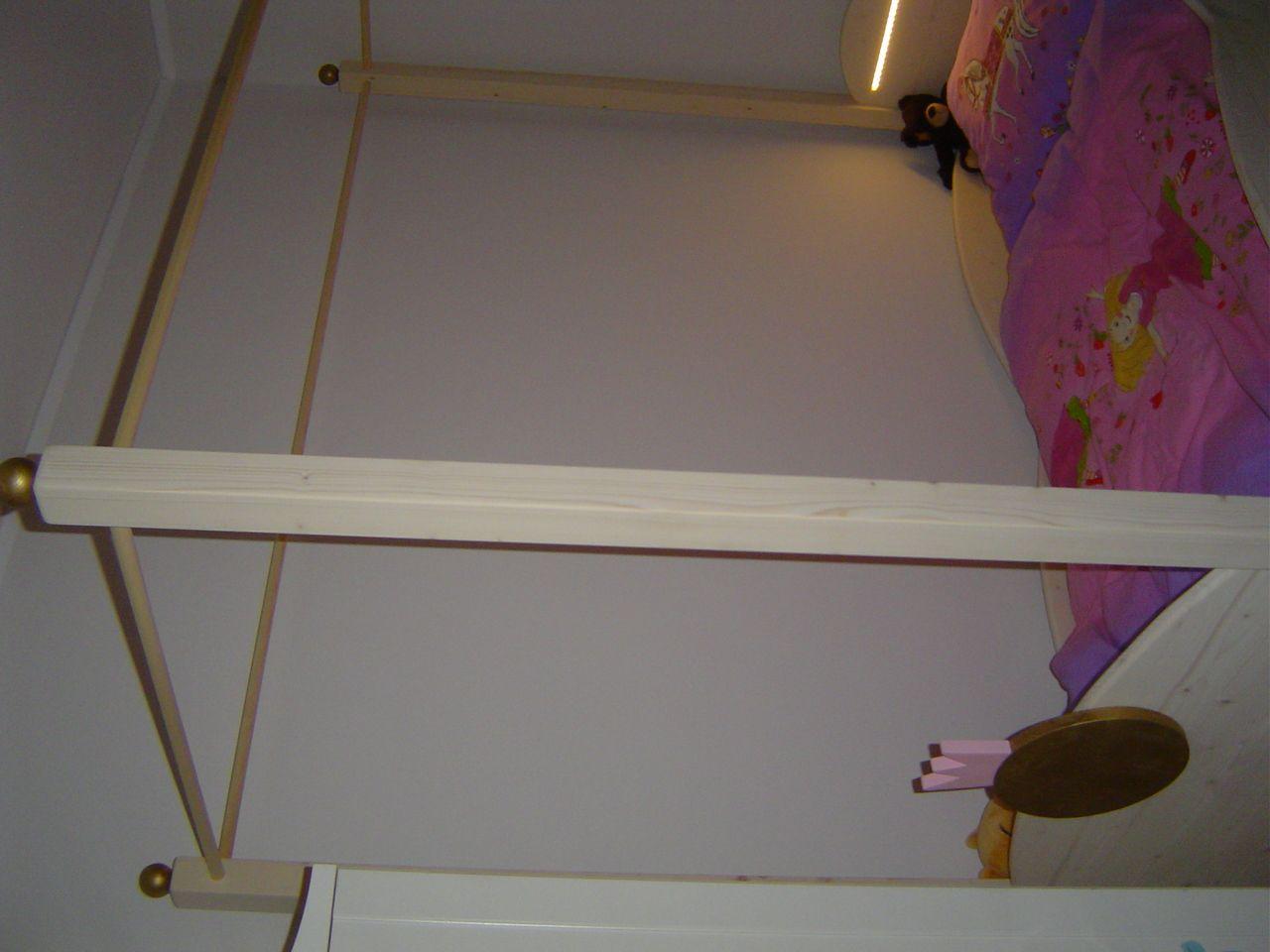 ein himmelbett f r kinder mit lichtleiste goldener kugel am fu teil dies ist das gewinnerbett. Black Bedroom Furniture Sets. Home Design Ideas