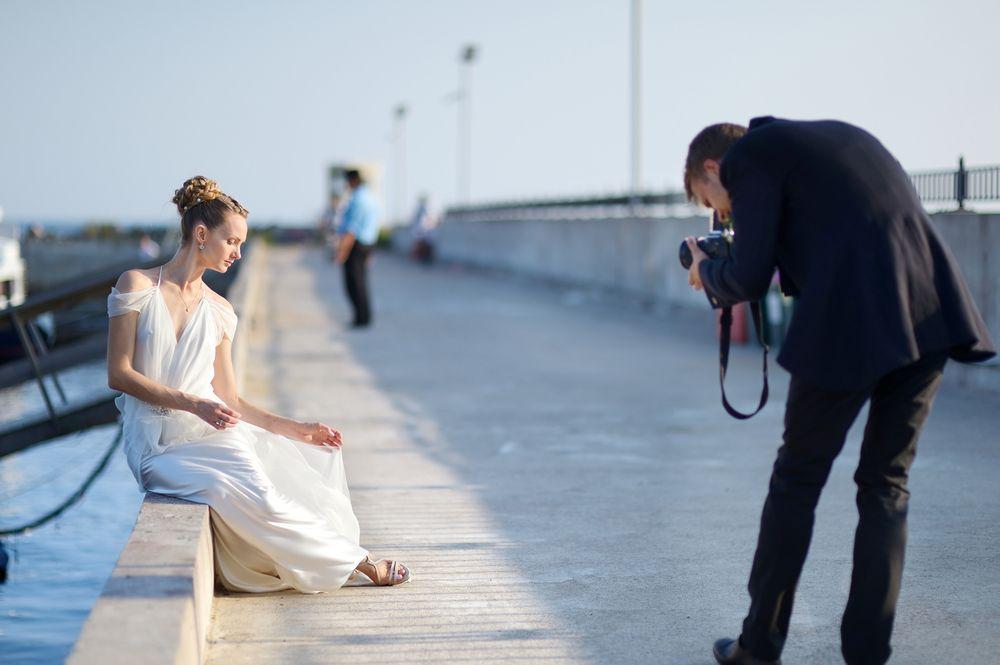結婚式当日はもちろん楽しみですが、結婚式の前撮りも楽しみにされている方は少なくないでしょう。結婚式の前撮りは、結婚式当日に残しきれない思い出を前もって写真に収めておく重要なイベントです。重要なイベントだからこそ、ポーズやシチュエーション、アングルにはこだわりたい所でしょう。この記事では、結婚式前撮りでのおすすめポーズアイディア30選をご紹介していきます。