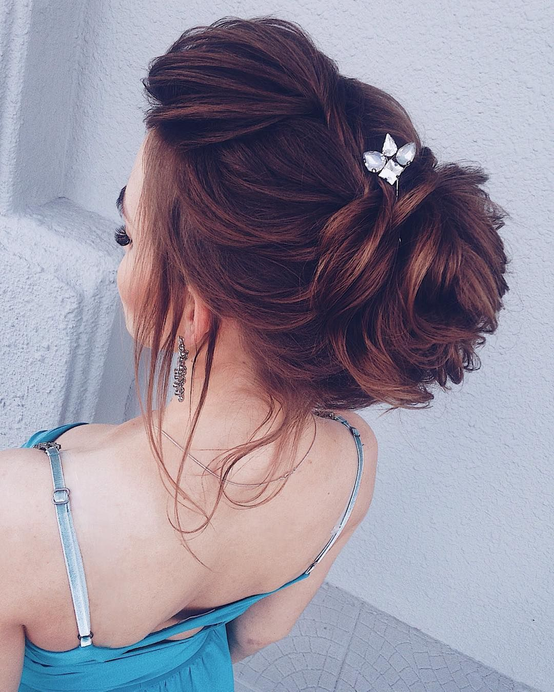 Twisted messy updo hairstyle inspiration | wedding updo hair with hair accessories #bridalhair #updo #weddinghairstyle #hairstyles #messyupdohairstyle #messyupdoideas #updohairstyles #weddinghairinspiration