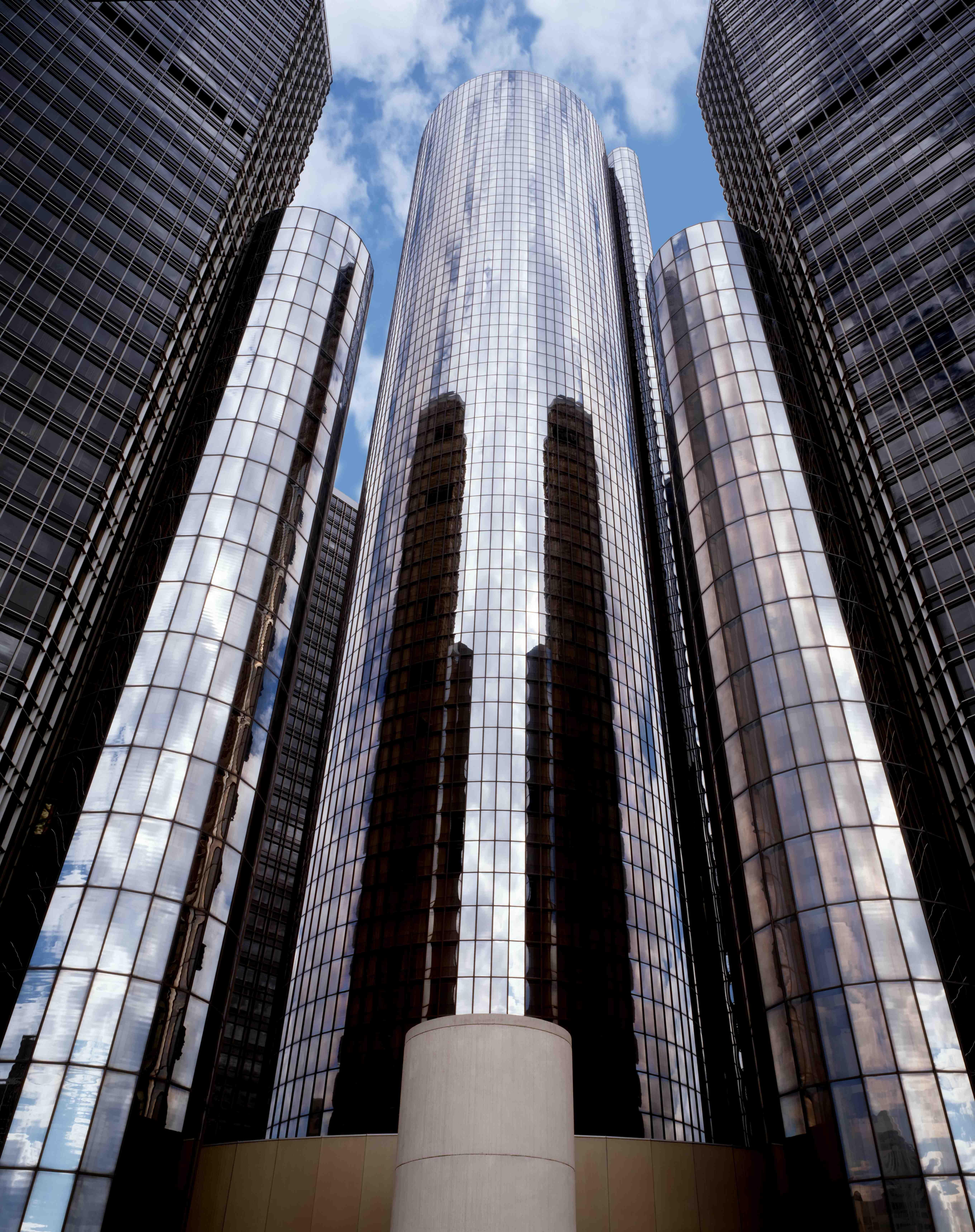 John portman 39 s renaissance cednter in detroit mich for Detroit architectes
