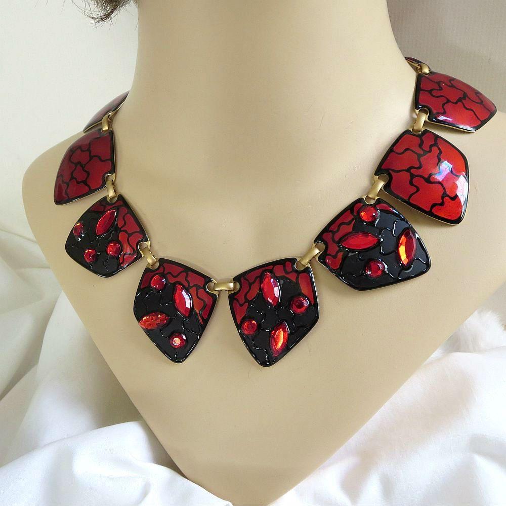 Dit is een fantastische rode & zwarte emaille koper ketting met rode steentjes en Abstract Design-Vintage Haute Couture! Deze prachtige halsketting meet 19-inch in lengte van begin tot eind met een vergrendeling module sluiting gesp. Elk van de gekoppelde glazuur stukken meten 1 1/2 door 1 1/2 en hebben een enigszins gewelfd vorm. Een echt fantastische Haute Couture ketting die zullen absoluut de show stelen!  Deze prachtige ketting is in uitstekende vintage staat!  Neem een kijkje op de…
