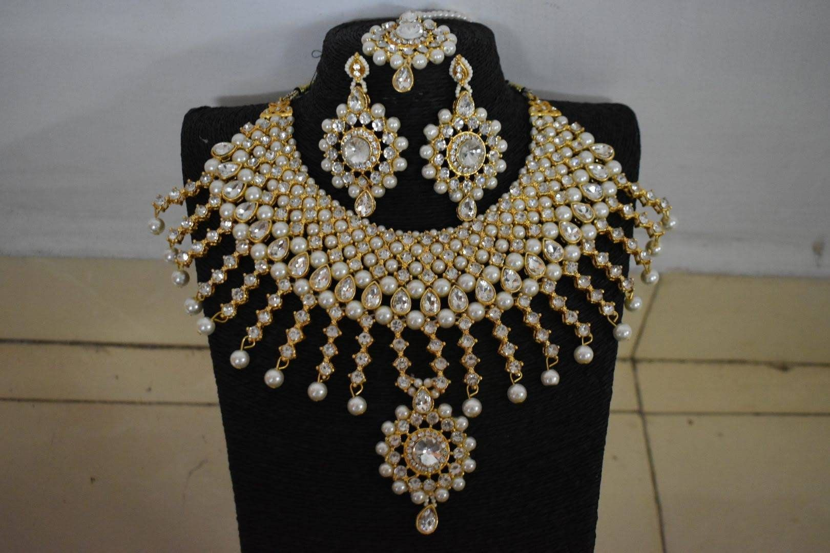 Photo of Bollywood Fashion Indischer Schmuck Golden Choker Halskette Set + (Mangtika Ohrringe) in Perlen / Perle für Party und festliche Anlässe.