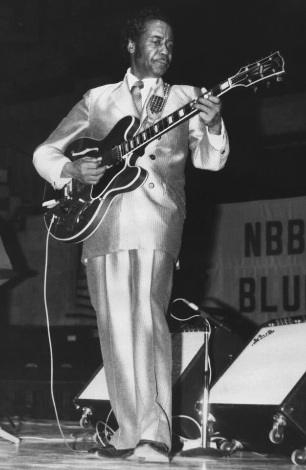 Eddie Taylor sporting a beautiful suit and performing in 1981 at Blues Estafette in Holland!