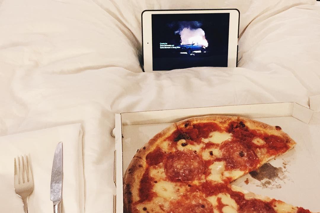 Roomservice and Narcos #pizzagainz  #vscocam #vscofood #pizza #narcos #netflixoriginalseries #bemorehuman #berlin #wanderlust #paleo #zonediet #eatyourgreens #eattrainsleeprepeat