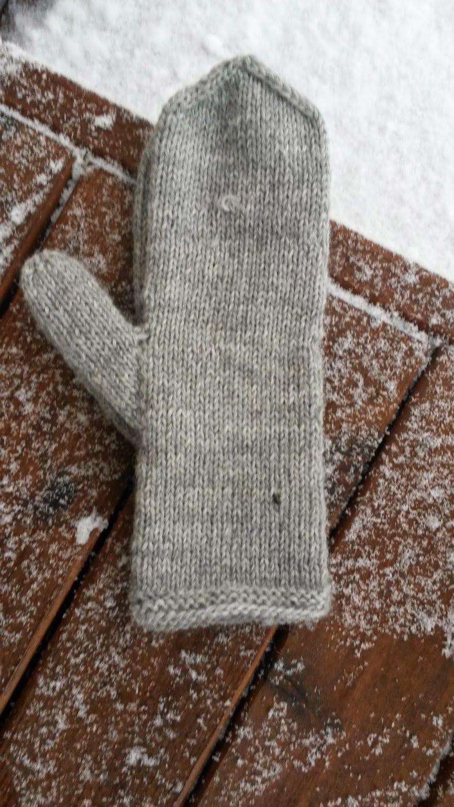 Joulun aikaa tuli neulottua muutamat peruslapaset ja yhdet sukat. Myös yksi neule paita on aloitettua.    Nämä kuvat on napattu kännykäll...