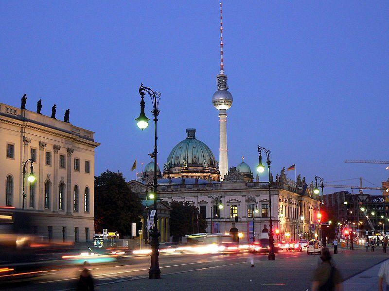 Unter den Linden am Abend,hinter rechts Palast der