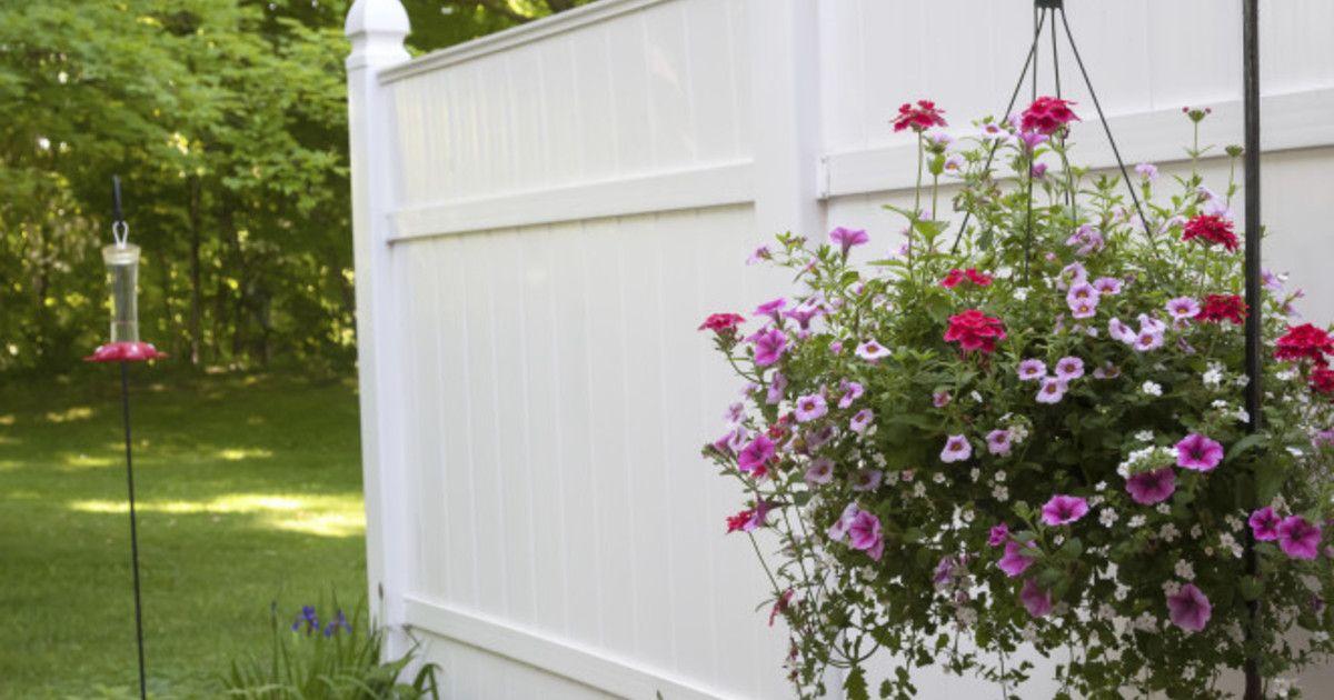 Pflanzen und Blumen Hängende Blumenkörbe als Frühlingsdeko - terrasse blumen gestalten