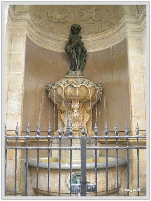 Fontaine de joyeuse, 41, rue de Turenne, 3e arr. Elle est située à l ...