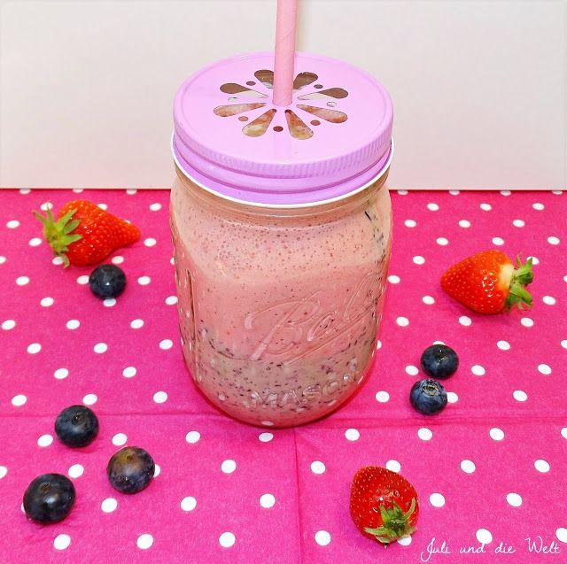 Smoothie with strawberrys and blueberrys / http://juli-und-die-welt.blogspot.de/