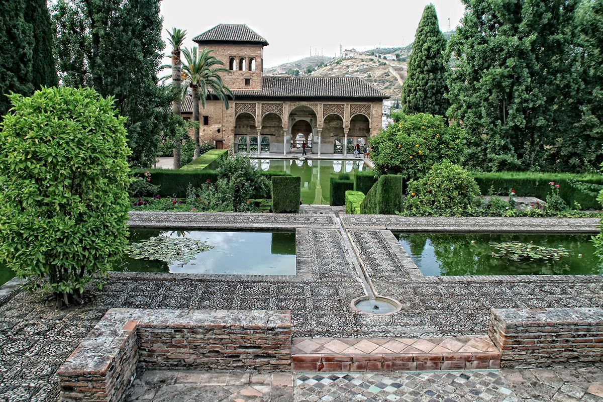 Jardines del Partal, Alhambra de Granada, Granada, España. Al fondo, la Torre de las Damas.
