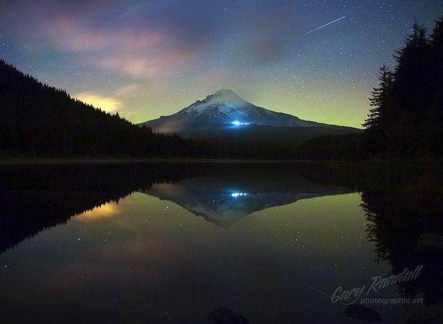 Aurora Behind Mount Hood Northern Lights Mount Hood Places To Visit