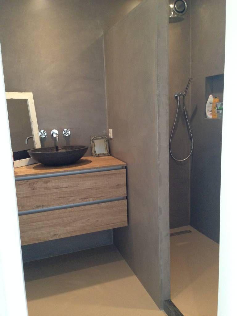 foto s van een moderne badkamer design gietvloer in een kleine