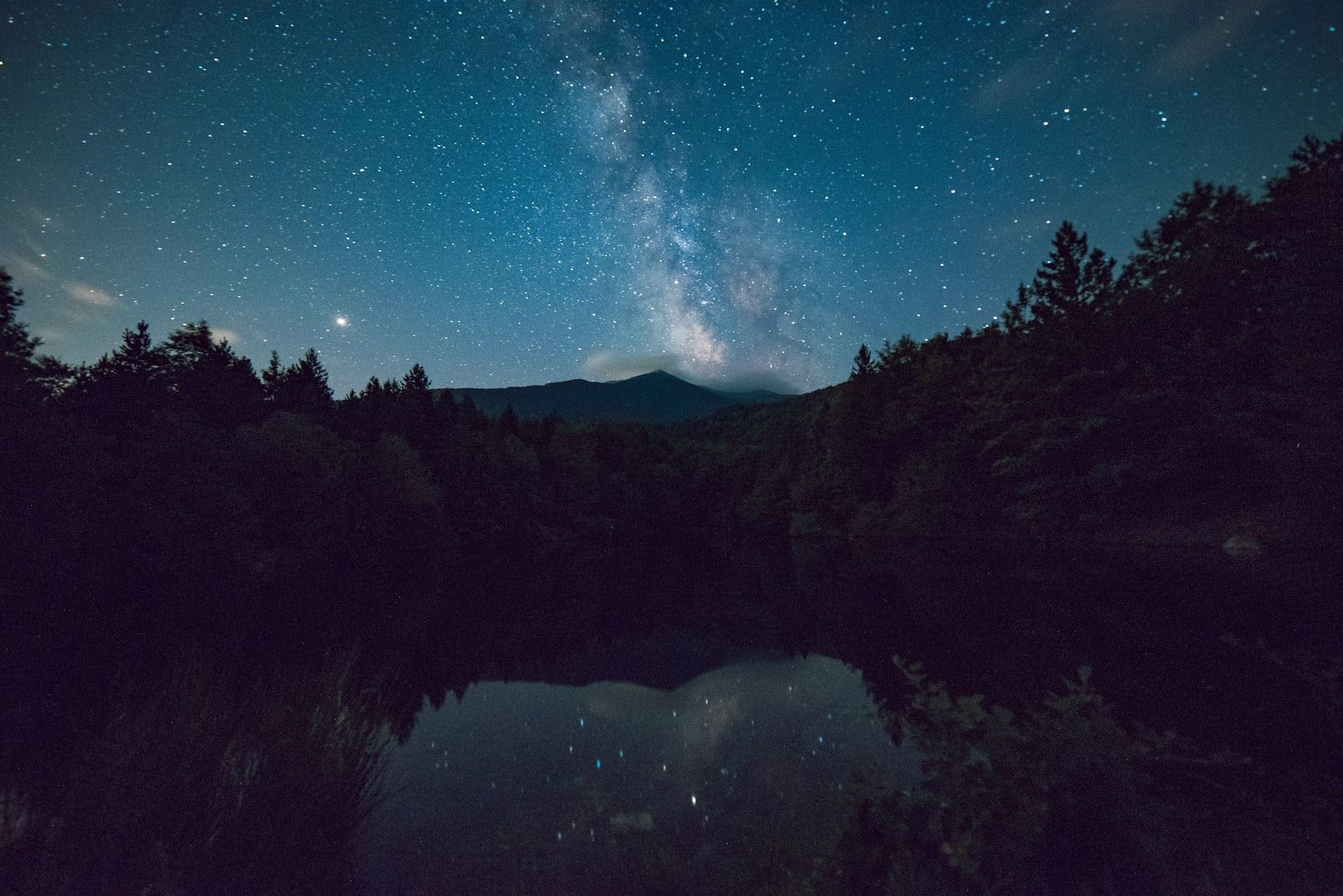 4k Wallpaper Calm Waters Dark Scenic View Of Forest During Night Time Gambar