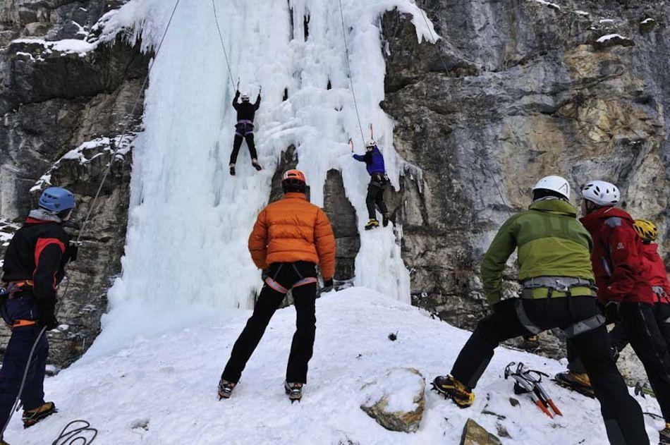 Einen zwei Tages Eiskletterworkshop könnt ihr im wunderschönen Berner Oberland erleben. Ein erfahrener Guide aus der Schweiz bringt euch die Techniken des Eiskletterns bei. #Klettern