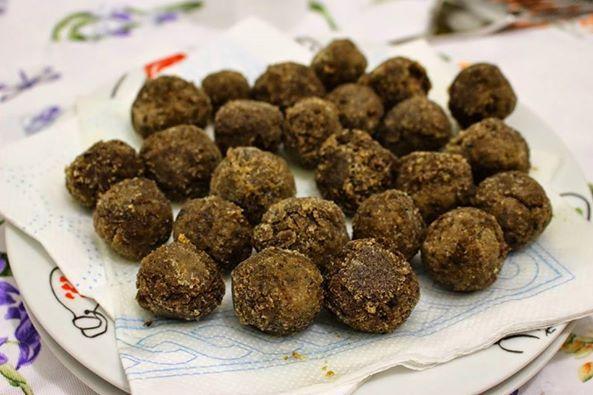 Idee per la cena? Provate le polpettine di lenticchie e olive, buonissime!  Qui la ricetta:  http://fashionandveg1.blogspot.it/2014/03/la-ricetta-del-giorno-polpettine-di.html