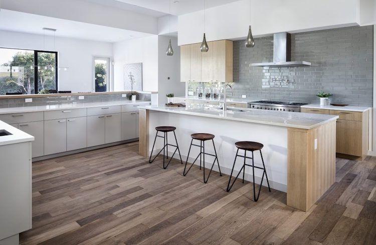 cuisine moderne avec ilot central blanc bois chaise bar industrielle credence carrelage gris cuisine modern kitchen