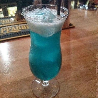 Blue Hawaiian Cocktailrezept mit Rum (ähnlich wie Swimming Pool)