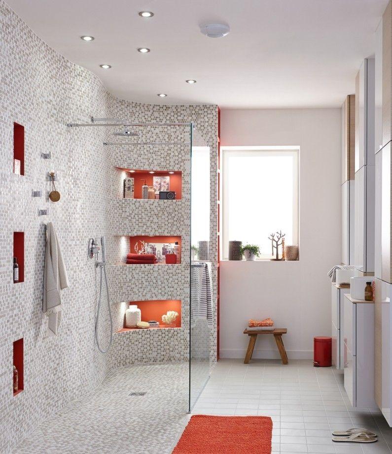 Une grande douche à l\'italienne avec des touches de orange ...