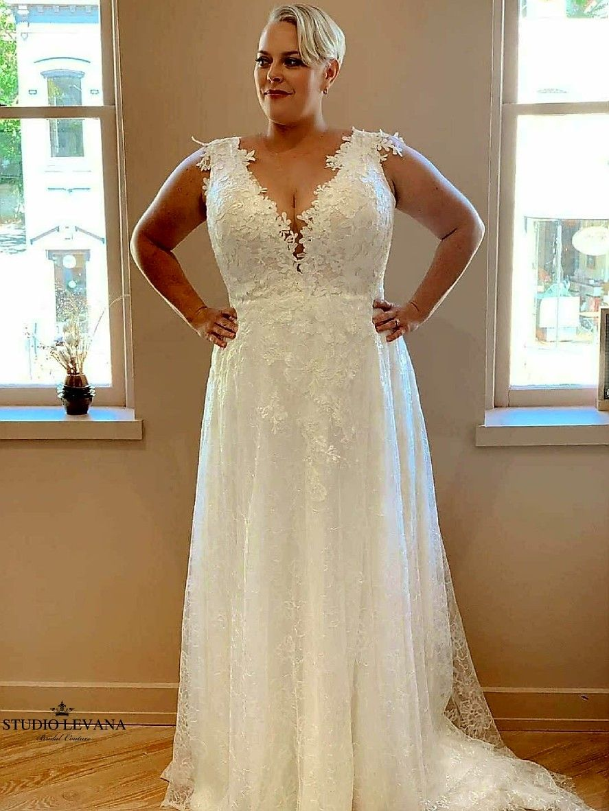 Romantic Classic Floral Lace Plus Size Wedding Dress With Deep Plunging V And Flowy A Line Wedding Gowns Lace Wedding Dress Long Sleeve Plus Size Wedding Gowns [ 1182 x 887 Pixel ]