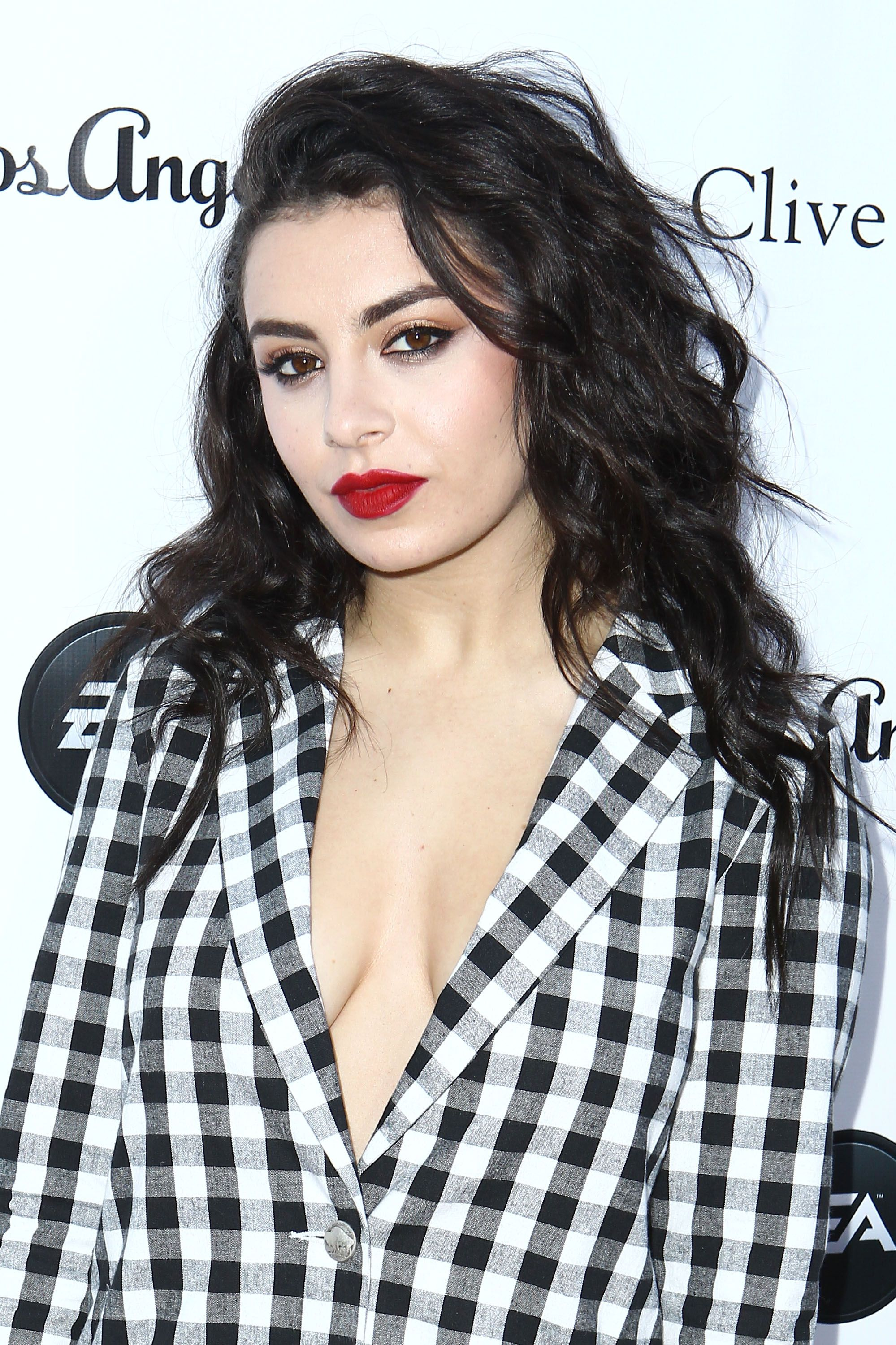 Charli Xcx Shows Off A Short Haircut New Straightened Style