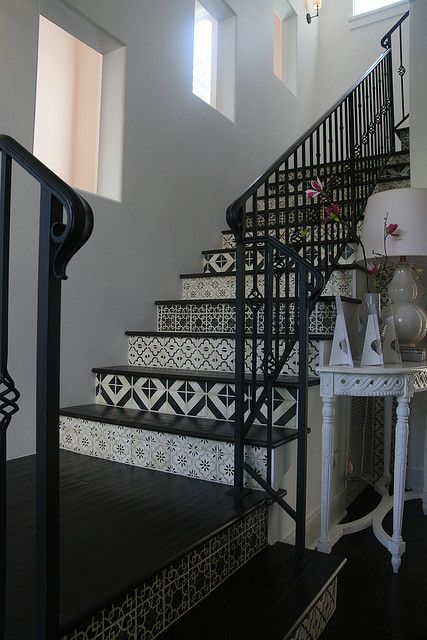 escalier noir et blanc avec carreaux de ciment black and white staircase with cement tiles. Black Bedroom Furniture Sets. Home Design Ideas