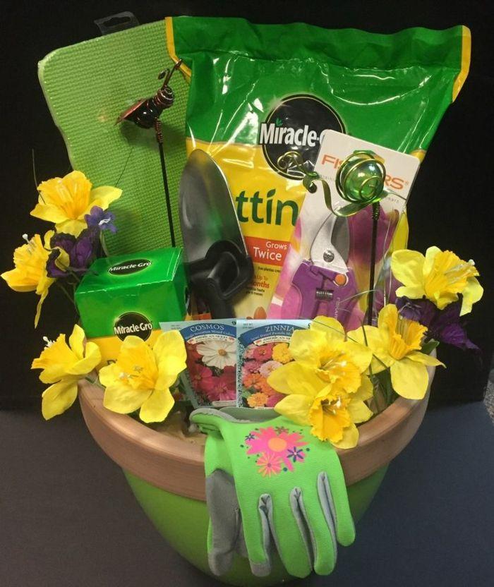 Garden Basket Ideas  1001 prsentkorb ideen zum inspirieren und entnehmen basket in blumentopf als korb garten zubehr verschenken geschenkkorb inhalt workwithnaturefo